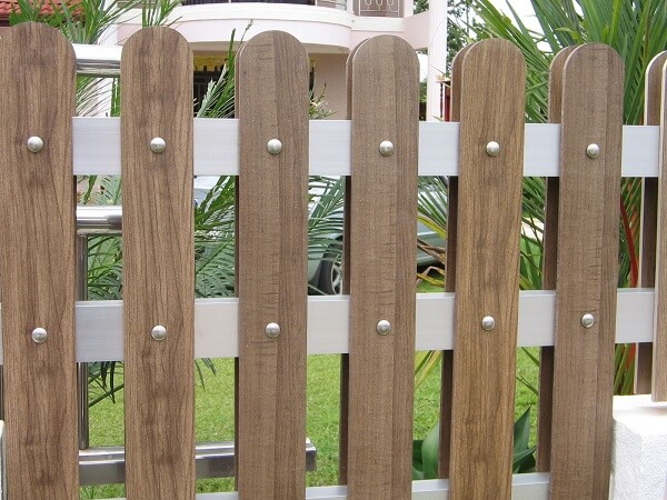 Hàng rào gỗ ngoài trời thông thoáng