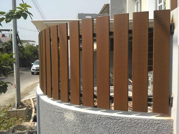 Hàng rào gỗ ngoài trời thông thoáng, an toàn