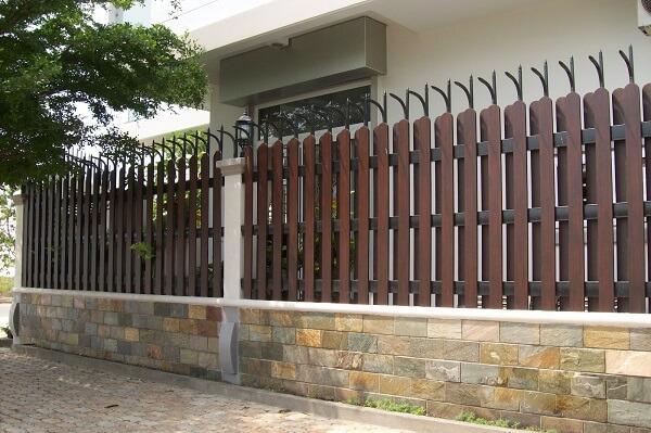 Mẫu hàng rào gỗ chắc chắn, kín đáo