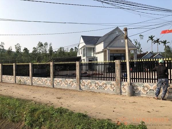 Hình ảnh phía xa hàng rào tại bình sơn