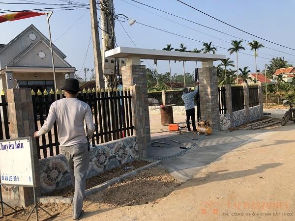 Hình ảnh trước cổng hàng rào tại bình sơn