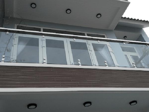 Mẫu Lan can kính inox 304 với thiết kế sang trọng phù hợp với biệt thự