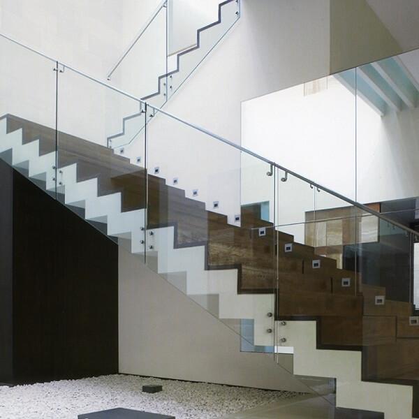 Mẫu lan can kính inox 304 cho cầu thang thiết kế đơn giản, hiện đại