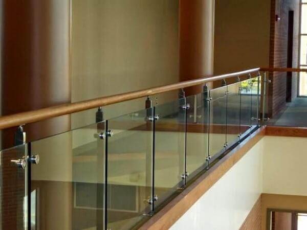 Lan can kính tay vịn gỗ màu nâu nhạt tương ứng với màu chủ đạo của ngôi nhà