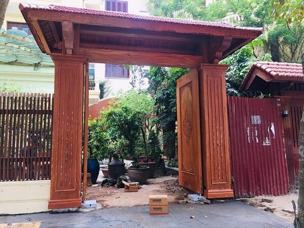 Mái cổng lớp ngói giả gỗ cổ điển, tinh tế