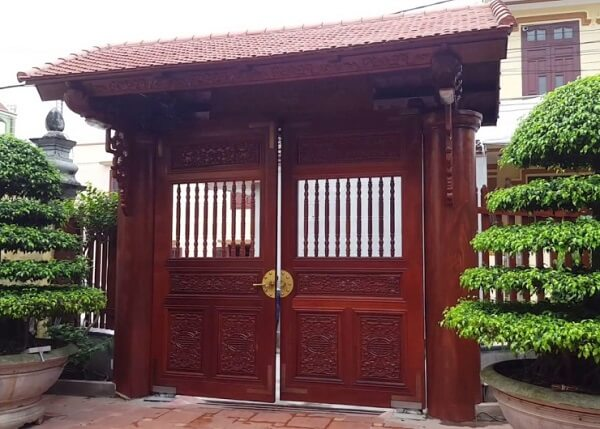 Mái cổng lớp ngói gỗ thân thiện với môi trường