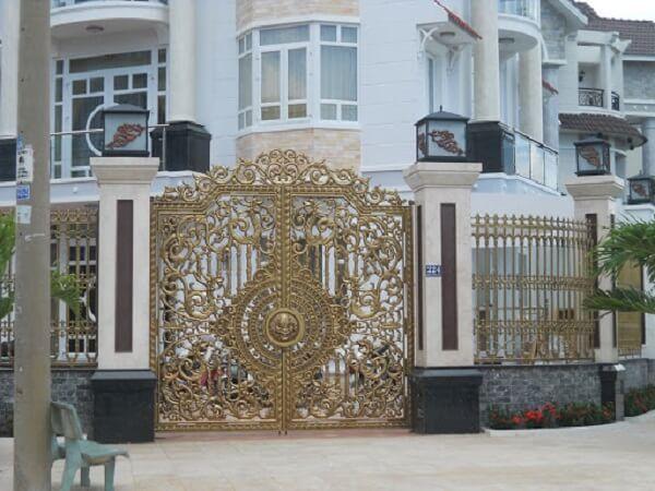 Cổng biệt thự mạ vàng sang trọng