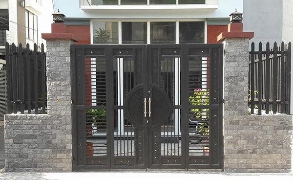 Mẫu cổng hàng rào sắt hộp màu đen hiện đại