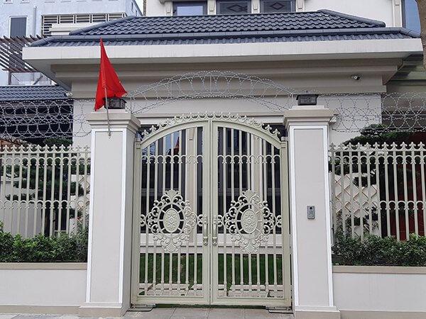 Mẫu cổng hàng rào sắt hiện đại an toàn