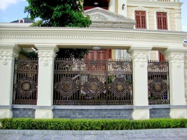 Cổng hàng rào sắt có họa tiết hiện đại
