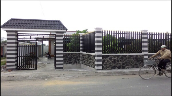 Cổng hàng rào hộp sắt màu đen sang trọng
