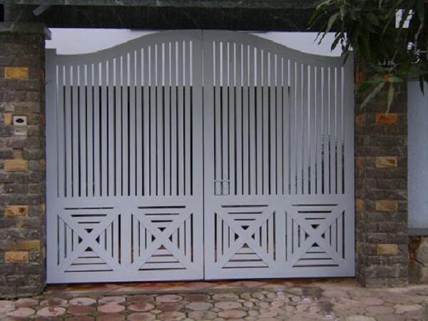 Cổng sắt sơn trắng cho nhà cấp 4