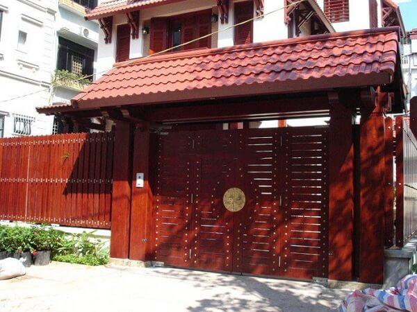 Mẫu cổng nhà phố gỗ sang trọng