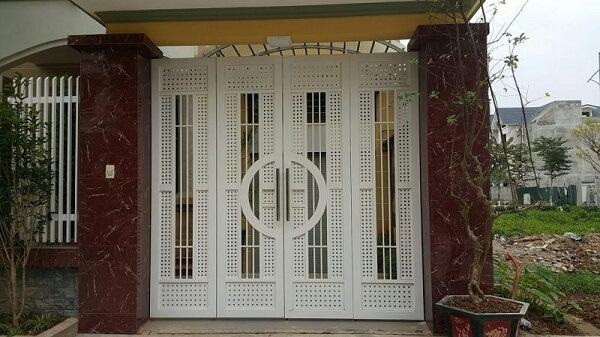 Cổng sắt 4 cánh màu trắng có thiết kế lạ mắt