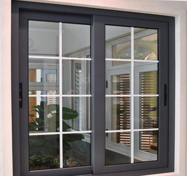 Cửa sổ 2 cánh đen tuyền với viền nhôm được sơn phủ đen và phần kính kiên cố