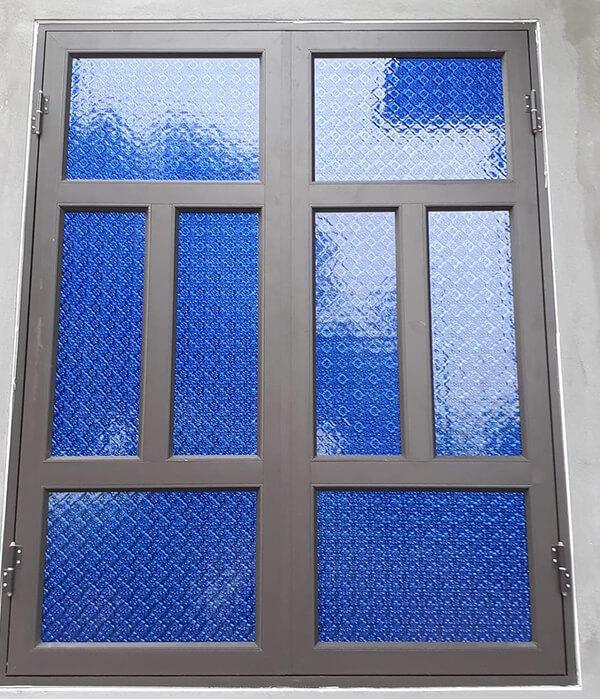 Mẫu cửa sổ nhôm kính màu nâu với kính màu xanh dương bắt mắt