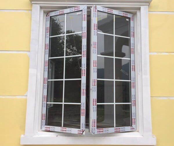 Cửa sổ 2 cánh mở quay chia ô, có hai khung cố định và cánh mở quay tiện lợi nhưng vẫn kiên cố chắc chắn
