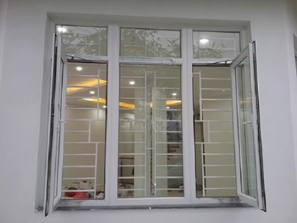 Cửa sổ nhôm kính với 4 cánh cố định được phủ một lớp sơn tĩnh điện đen cực kì đẹp và sang trọng