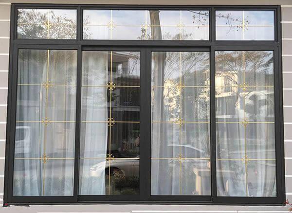 Mẫu cửa nhôm kính 4 cánh màu đen với phần kính trên và khung bảo vệ cố đinh kiên cố chắc chắn