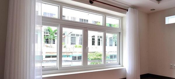 Mẫu cửa mở trượt 4 cánh màu trắng đơn giản nhung tính tế và cực sang trọng. tạo điểm nhấn cho cả ngôi nhà.