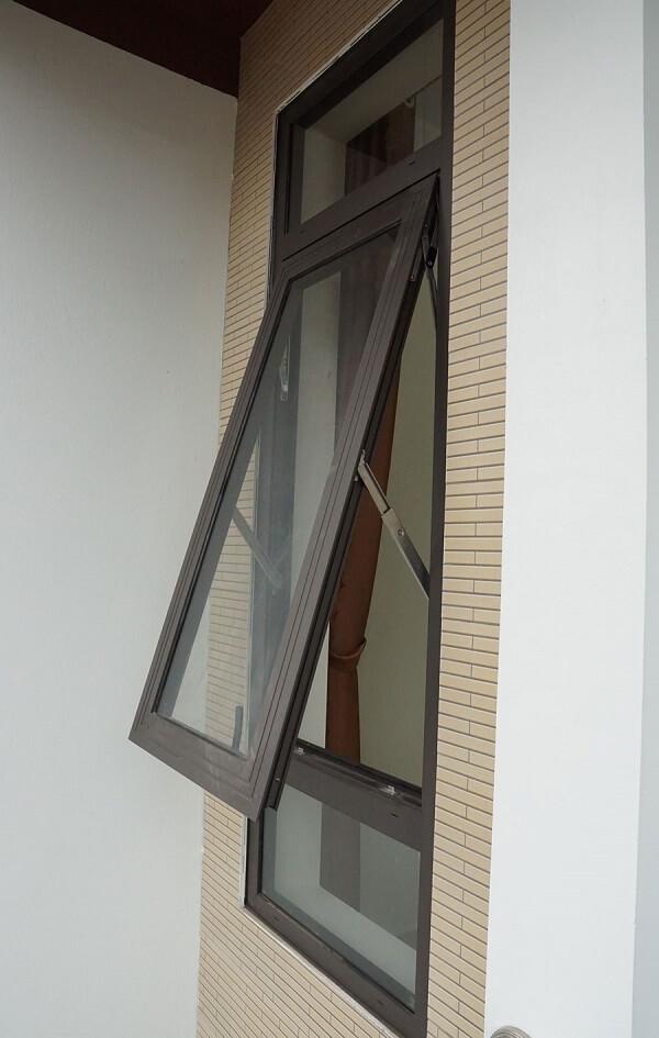 Cửa sổ 1 cánh mở hất thích hợp làm cửa sổ phòng tắm, phòng bếp và cửa sổ lối đi hành lang