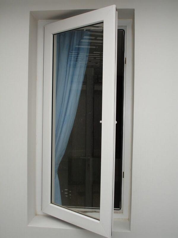 Mẫu cửa sổ nhôm kính màu trắng mẫu này phù hợp với những không gian rộng rãi thoáng mát như phòng họp, hội trường