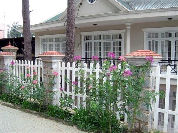 Hàng rào cho nhà cấp 4 màu trắng lãng mạn