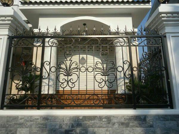 Hàng rào mỹ thuật làm bằng sắt màu đen sang trọng