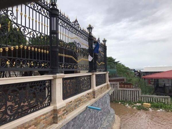 Hàng rào sắt màu đen có họa tiết cầu kì