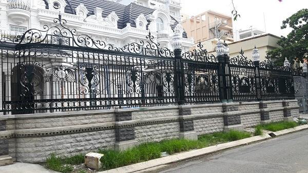 Mẫu hàng rào sắt mỹ thuật rộng rãi