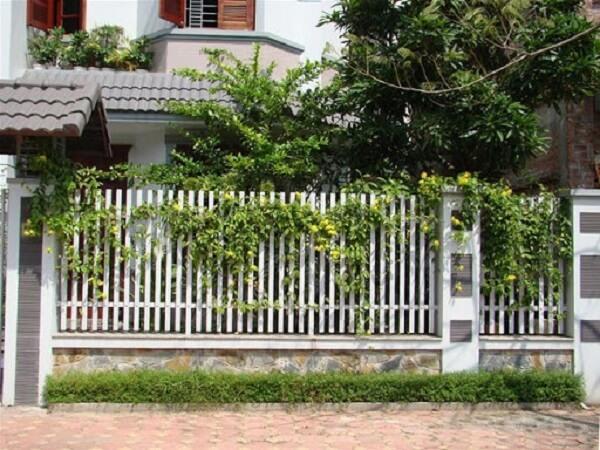 Mẫu hàng rào sắt màu trắng thân thiện với môi trường