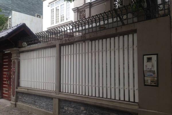 Mẫu hàng rào sắt hộp màu trắng đơn giản, nhẹ nhàng