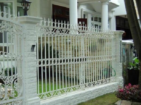 Hàng rào sắt màu trắng có họa tiết cầu kì