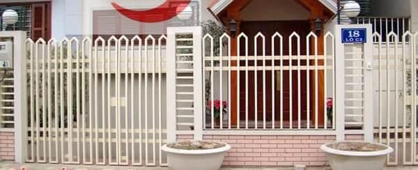 Hàng rào sắt màu trắng thông thoáng, đơn giản