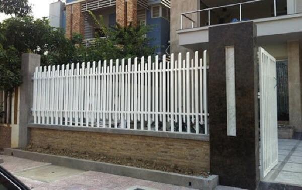 Mẫu tường rào sắt màu trắng đơn giản, kiên cố