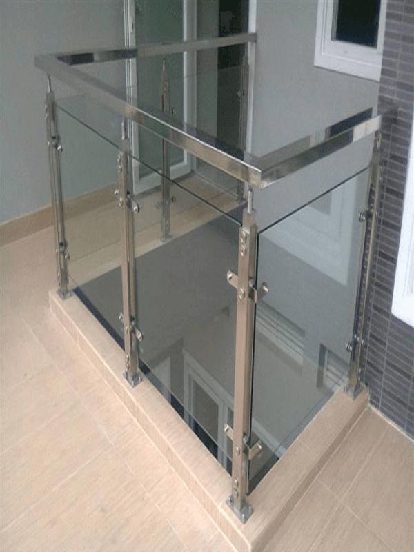 Mẫu trụ lan can bằng inox 304 với các thân trụ vuông cố định chắc chắn thích hơp sử dụng cho không gian nhà ở và những khu vực có không gian tương đối nhỏ