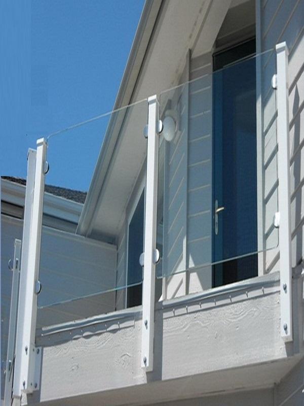 Chân trụ inox phủ sơn trắng phù hợp với những thiết kế nhà ở theo phong cách hiện đại và phóng khoáng