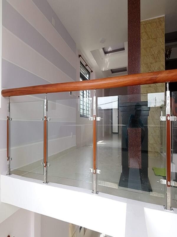 Mẫu chân trụ inox kết hợp gỗ, loại gỗ này là loại gỗ tương ứng với phần tay vịn gỗ phía trên, mẫu này phù hợp với những ngôi nhà có thiết kế cổ điển, sang trọng