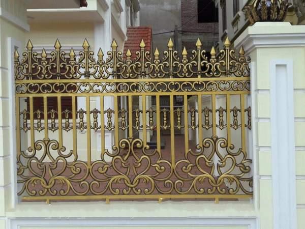 Mẫu hàng rào nhôm đúc mạ vàng thiết kế hoa sen tinh tế