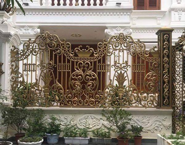 Hàng rào nhôm đúc mạ vàng thiết kế an toàn, ấn tượng