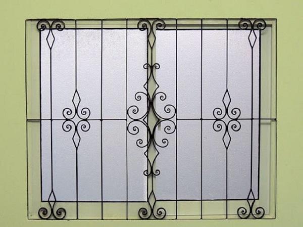 Mẫu khung ảo vệ cửa sổ với các họa tiết thanh mảnh phù hợp với những ngôi nhà có kiến trúc đơn giản. Tông màu đen truyền thống dễ sử dụng và dễ phù hợp với các món đồ nội thất khác