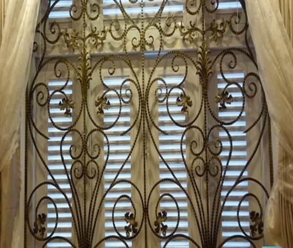 Cuối cùng là mẫu khung bảo vệ cửa sổ màu vàng đồng cực hút và lạ mắt. Khác với hai màu đen trắng thường gặp thì đây là tông màu mới lạ và thích hợp với những ngôi nhà có thiết kế theo xu hướng sang trọng