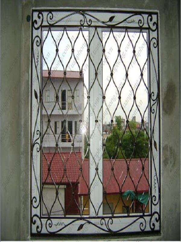 Khung bảo vệ của số CNC này được thiết kế theo hình dạng lưới khá độc đáo và lạ mắt. Khung cửa sổ chắc chắn kiến cố giúp công năng bảo vệ cửa sổ được đảm bảo tối ưu. Thiết kế tinh xảo phù hợp với những mẫu cánh cửa số lớn.