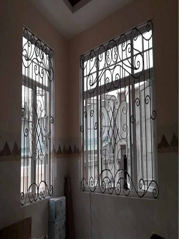 Đối với những ngôi nhà sử dụng cánh cửa sổ lớn thì đây cũng là một trong những thiết kế khung bảo vệ cửa sổ rất được ưa chuộng. Màu đen cơ bản dễ sử dụng cùng các họa tiết được thiết kế đan xen và đối xứng với nhau tạo nên điểm nhấn hài hòa.
