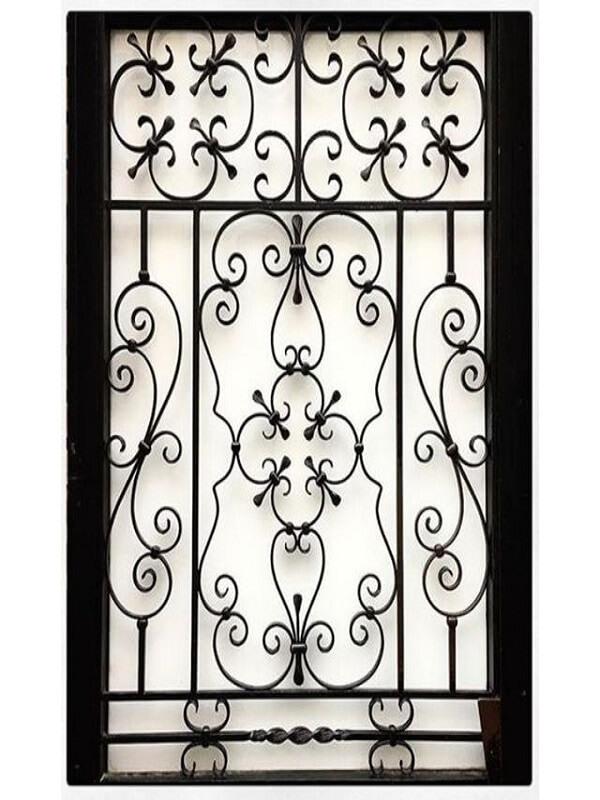 Còn đối với nhũng cánh cửa sổ dạng chữ nhật có kích thước trung bình thì đây cũng là một mẫu khung cửa sổ đáng được lưu ý. Khung cửa sổ đuọc thiết kế các đường họa tiết tinh xảo tuy nhiên vẫn không mất đi vẻ cứng cáp chắc chắn.