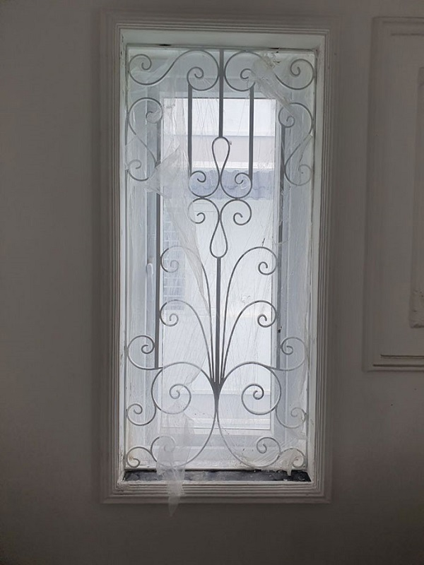 Thông thường màu đen sẽ là màu được ưu tiên khi lựa chọn cho khung bảo vệ cửa sổ. Tuy nhiên màu trắng cũng là màu đẹp, nền nã và mang lại cho ngôi nhà vẻ quí phái. Cửa sổ màu trắng tinh kết hợp cùng khung bảo vệ cửa sổ cùng tông màu giúp cả hai hài hòa hơn và không gian trông nhà được sang trọng hơn