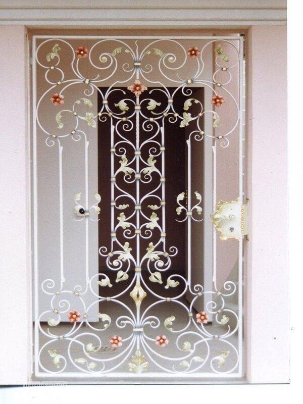 Cũng tương tự như thiết kế trên, tuy nhiên khung bảo vệ cửa sổ này được điểm xuyến thêm một vài bông hoa màu sắc tươi trẻ tạo điểm nhấn cho khung bảo vệ nền trắng vừa sang trọng vừa trẻ trung không nhàm chán