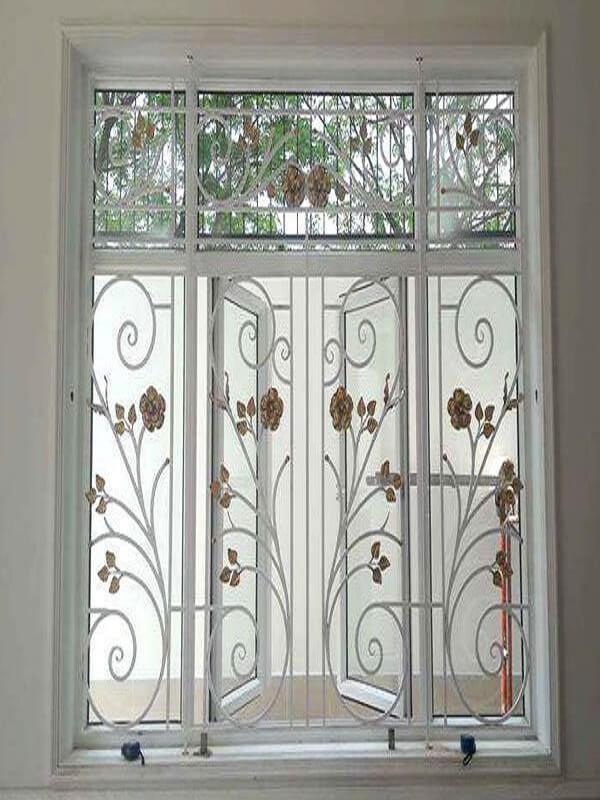 Đây cũng lại là một mẫu khung bảo vệ cửa sổ màu trắng tinh xảo, khung bảo vệ cửa sổ CNC được thiết kế tương đồng với mẫu cửa số 4 cánh mở quay tạo nên một tổng thế vô cùng hài hòa.