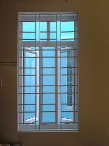 Sau khi đã xem qua rất nhiều mẫu khung bảo vệ cửa sổ thiết kế bắt mắt thì chúng ta cùng quay trở về với mẫu khung đơn giản truyền thống nhưng rất kiên cố và chắc chắn.