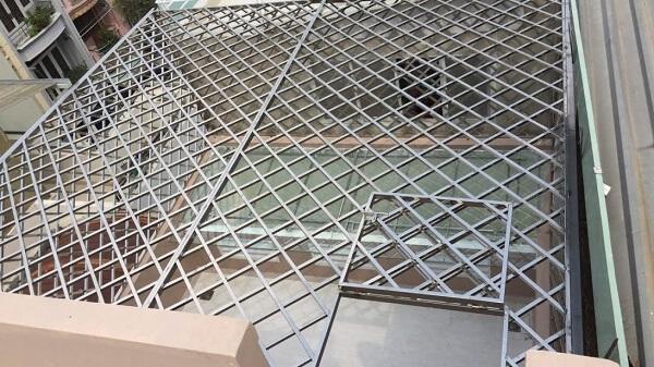 Mẫu khung sắt bảo vệ ban công kín đáo an toàn